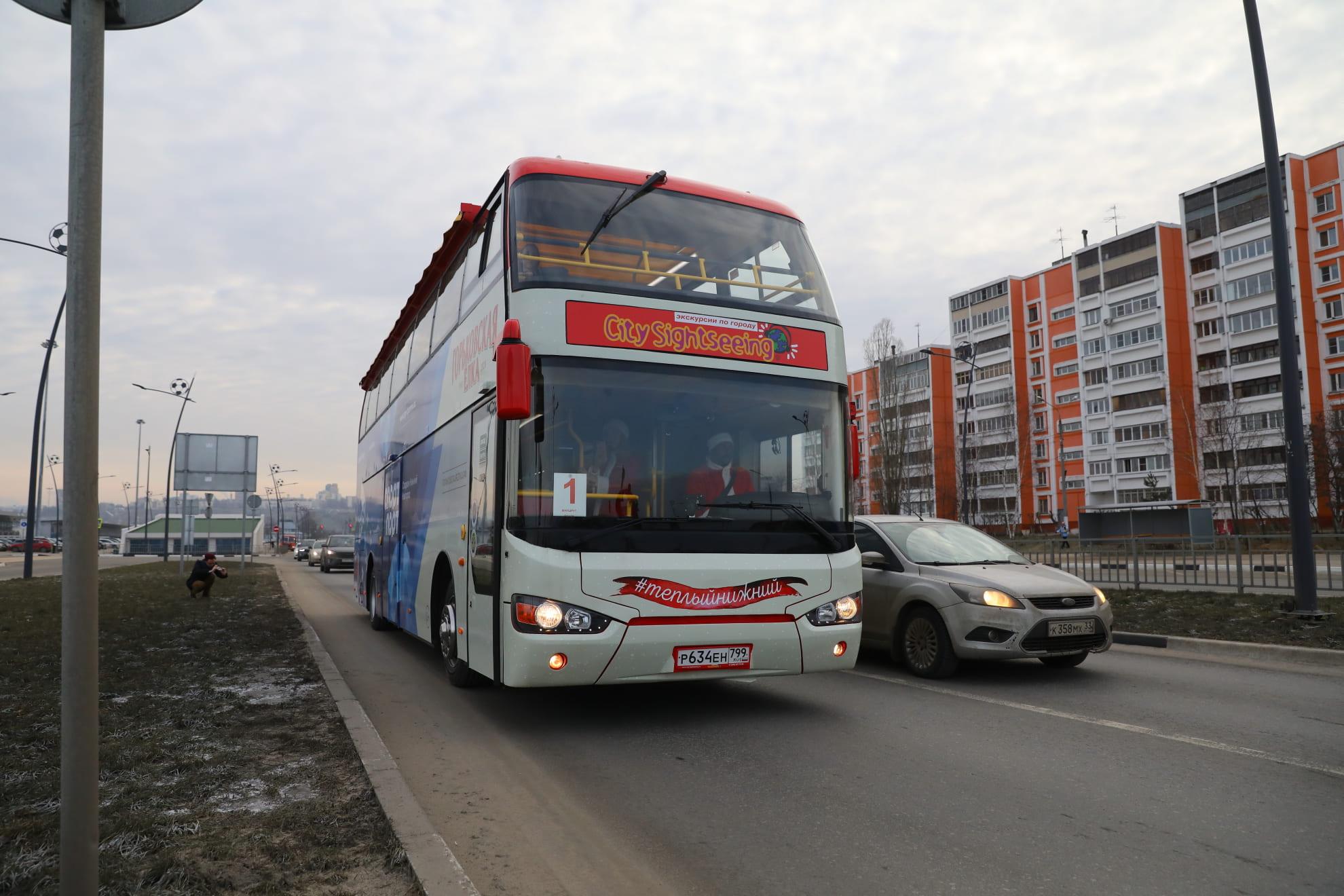 Первые нижегородцы прокатились на двухъярусном туристическом автобусе по городу - фото 1