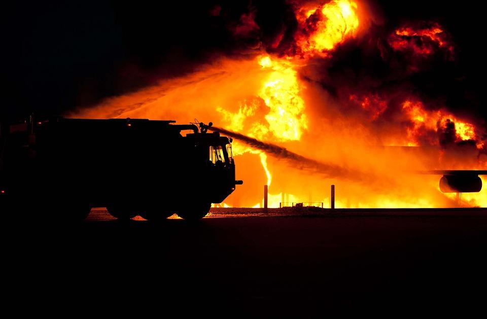 Минувшей ночью в Советском районе Воронежа загорелся склад - фото 1